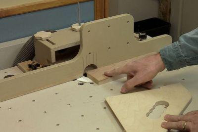Première coupe sur une table à toupie