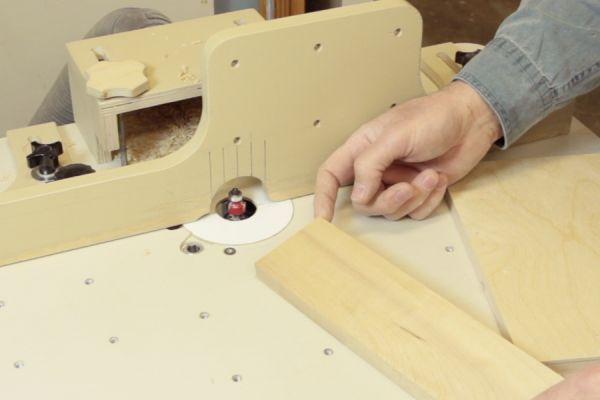 Couper en bout de grain sur une table à toupie