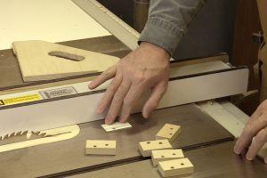 Coupe sécuritaire au banc de scie pour petites pièces